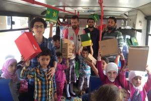 Denizciler'deki Suriye Türkmenleri Okuma Salonunda Yardım Dağıtımı