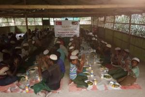 Arakan Kamplarında Kardeşlerimiz İçin İftar Sofraları